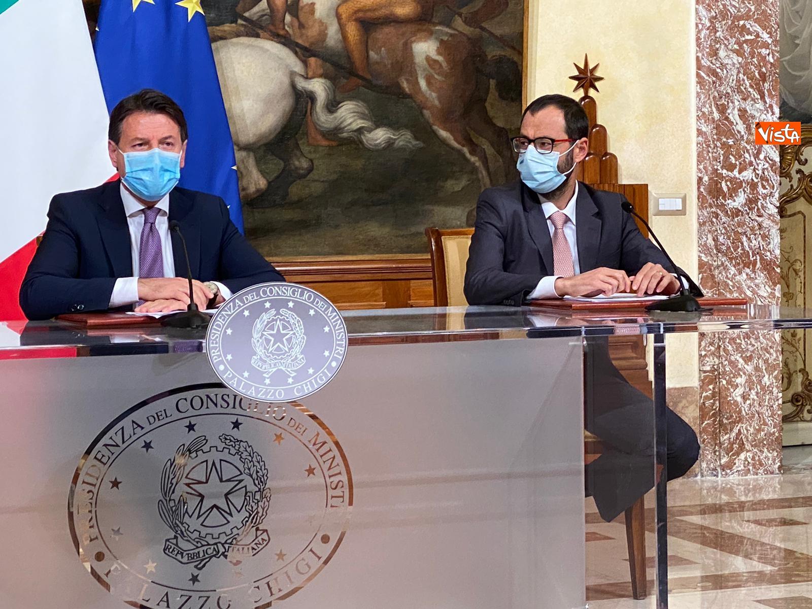 Dl ristori Conte Gualtieri e Patuanelli in conferenza stampa a Palazzo Chigi_02