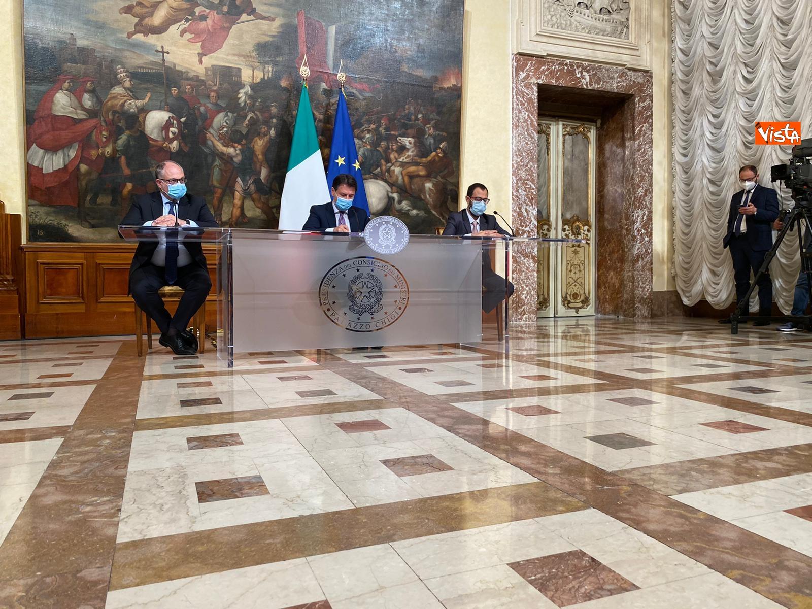 Dl ristori Conte Gualtieri e Patuanelli in conferenza stampa a Palazzo Chigi_07
