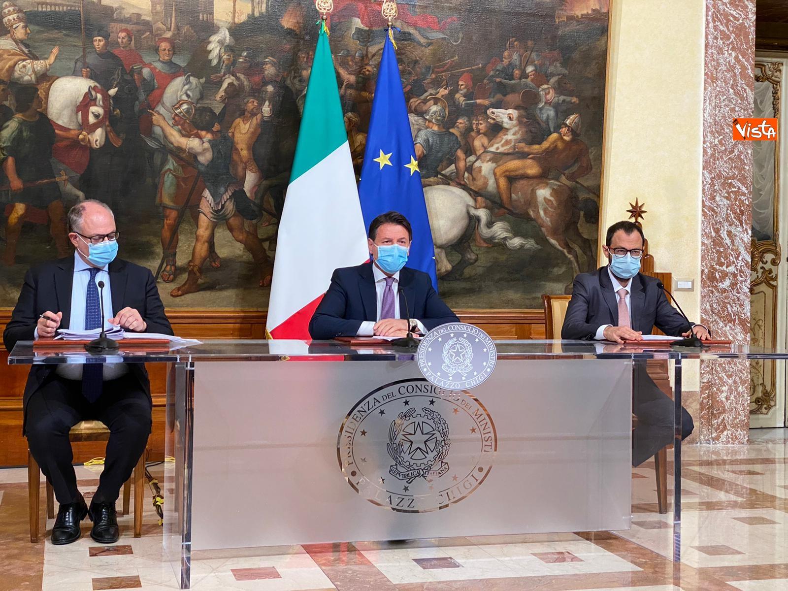 Dl ristori Conte Gualtieri e Patuanelli in conferenza stampa a Palazzo Chigi_04