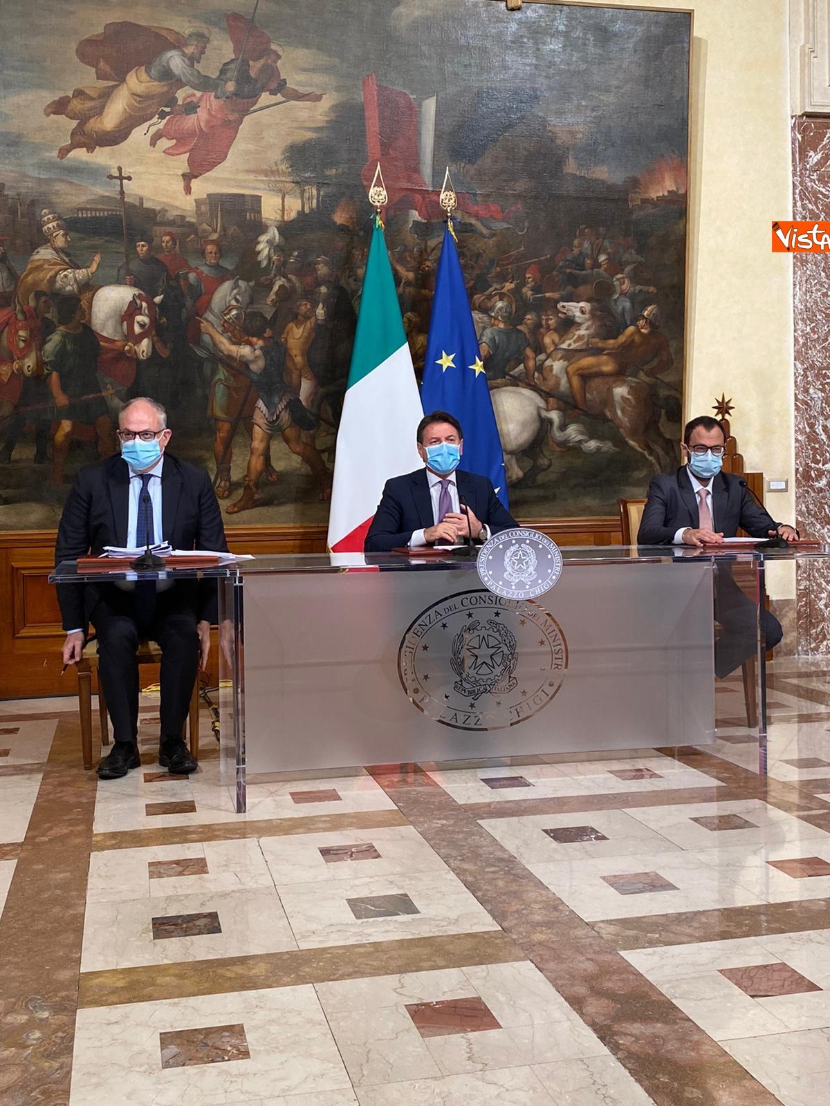 Dl ristori Conte Gualtieri e Patuanelli in conferenza stampa a Palazzo Chigi_05