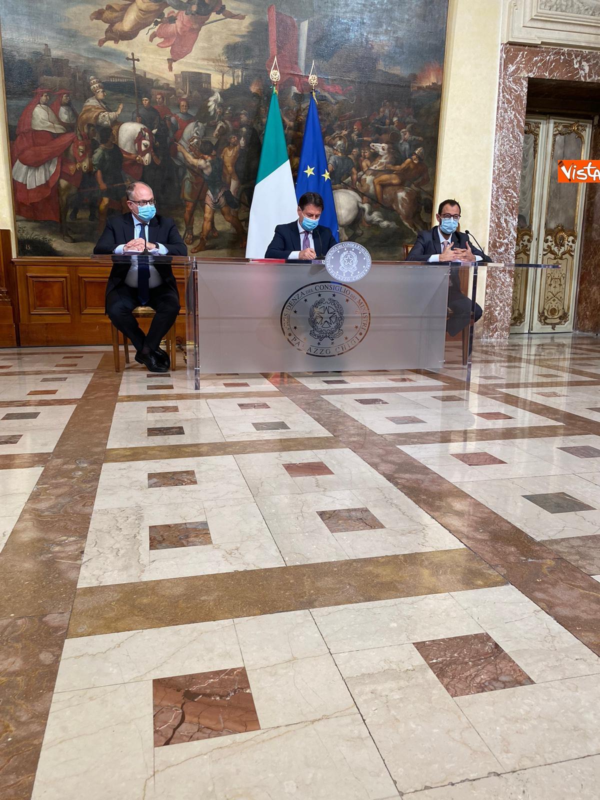Dl ristori Conte Gualtieri e Patuanelli in conferenza stampa a Palazzo Chigi_06