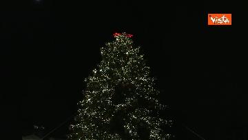 3 - 'Spelacchio' l'albero di Natale di Roma, si accende in Piazza Venezia