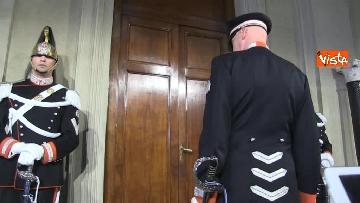 1 - Consultazioni, il cambio della guardia fuori dalla stanza di Mattarella