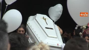 12 - Bara bianca e palloncini, il funerale di Pamela Mastropietro