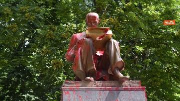 4 - La statua di Indro Montanelli a Milano nuovamente imbrattata