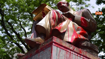 6 - La statua di Indro Montanelli a Milano nuovamente imbrattata