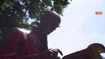 2 - La statua di Indro Montanelli a Milano nuovamente imbrattata