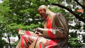 5 - La statua di Indro Montanelli a Milano nuovamente imbrattata