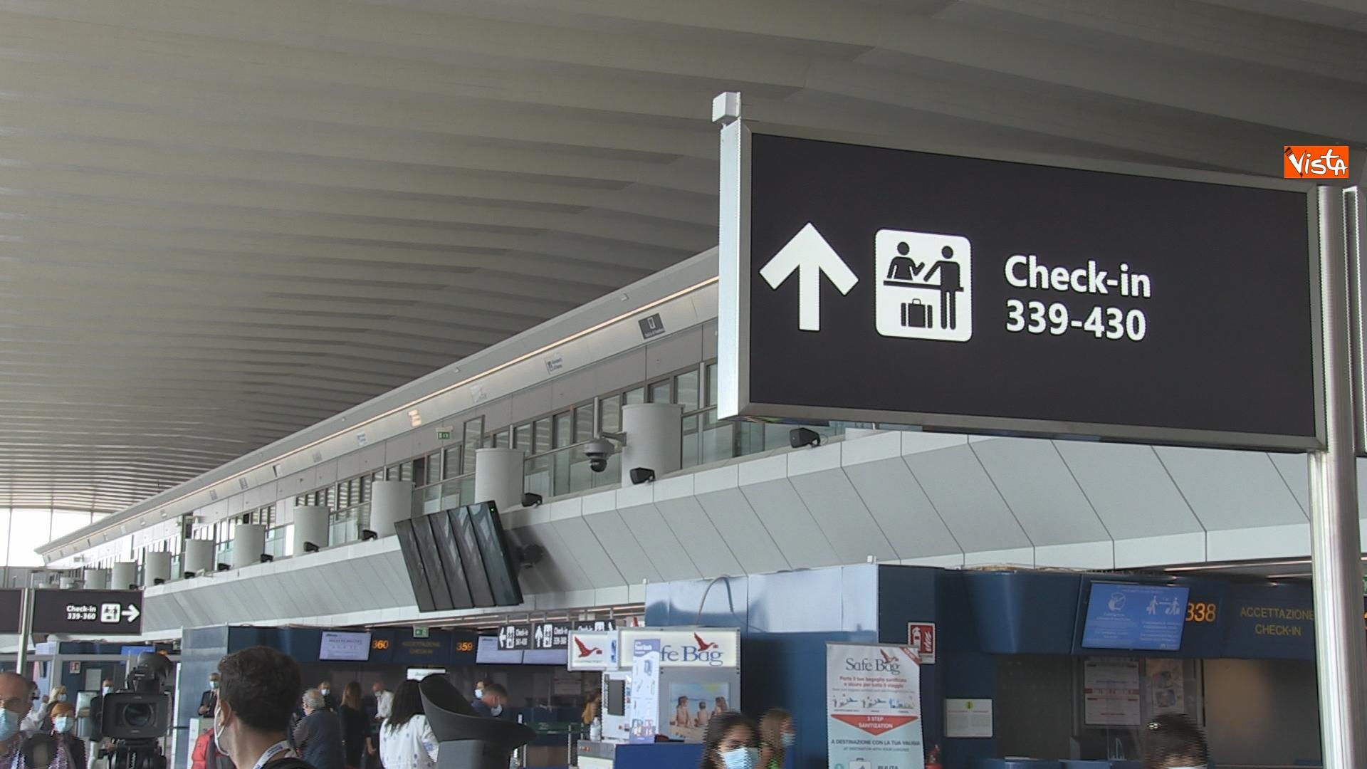La sala d'entrata dell'aeroporto di Fiumicino con le indicazioni per i check in.