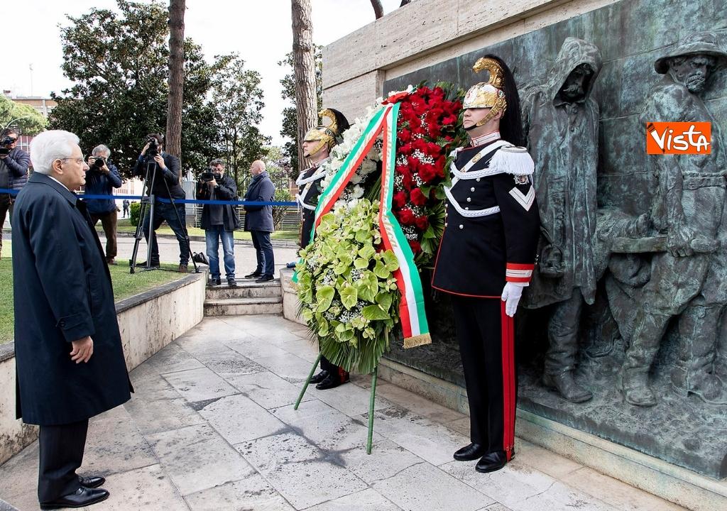 01-05-19 Primo maggio, Mattarella depone corona fiori monumento vittime lavoro 05