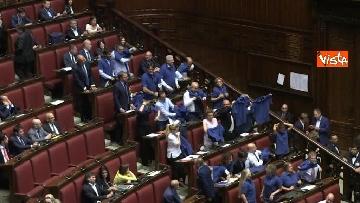 4 - Protesta FdI in aula Camera con magliette azzurre: ''Solidarietà a italiani poveri''