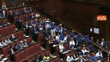 3 - Protesta FdI in aula Camera con magliette azzurre: ''Solidarietà a italiani poveri''