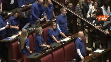 8 - Protesta FdI in aula Camera con magliette azzurre: ''Solidarietà a italiani poveri''