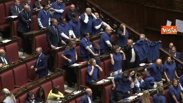 5 - Protesta FdI in aula Camera con magliette azzurre: ''Solidarietà a italiani poveri''