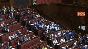 2 - Protesta FdI in aula Camera con magliette azzurre: ''Solidarietà a italiani poveri''