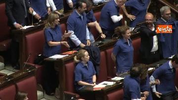 6 - Protesta FdI in aula Camera con magliette azzurre: ''Solidarietà a italiani poveri''