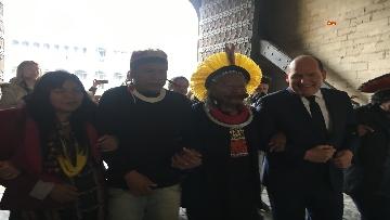 6 - Raoni, il capo amazzone simbolo della lotta per l'ambiente a Bruxelles incontra giovani e sindaco