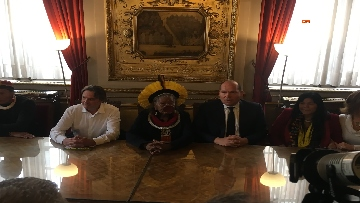 8 - Raoni, il capo amazzone simbolo della lotta per l'ambiente a Bruxelles incontra giovani e sindaco
