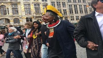 4 - Raoni, il capo amazzone simbolo della lotta per l'ambiente a Bruxelles incontra giovani e sindaco