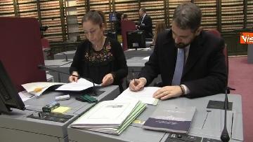 6 - Primo giorno alla Camera, i nuovi eletti alle prese con la registrazione a Montecitorio