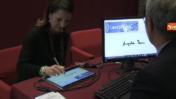 3 - Primo giorno alla Camera, i nuovi eletti alle prese con la registrazione a Montecitorio