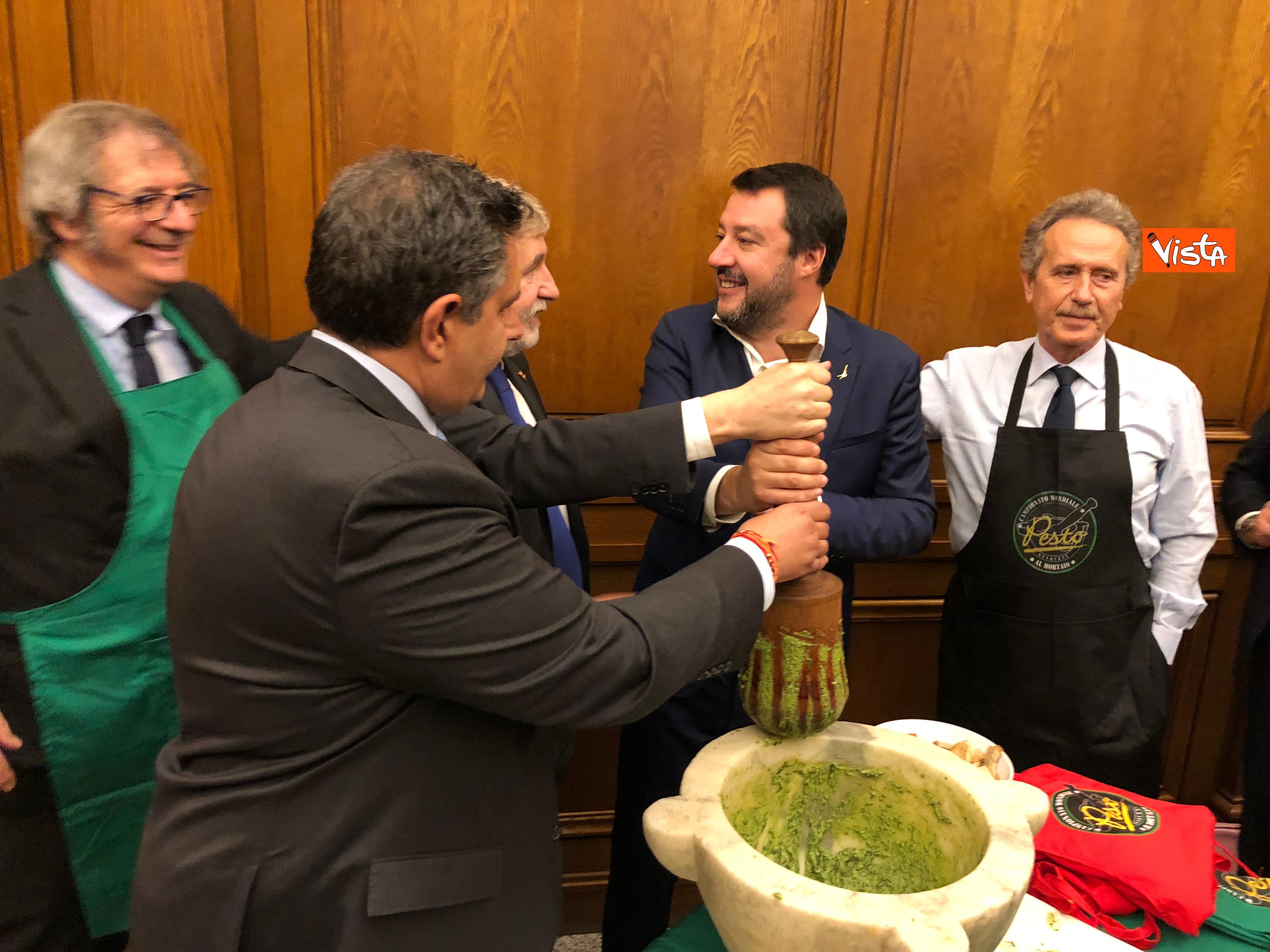 16-04-19 Il patto del pesto Conte Salvini e Toti mangiano le trofie a Montecitorio_03