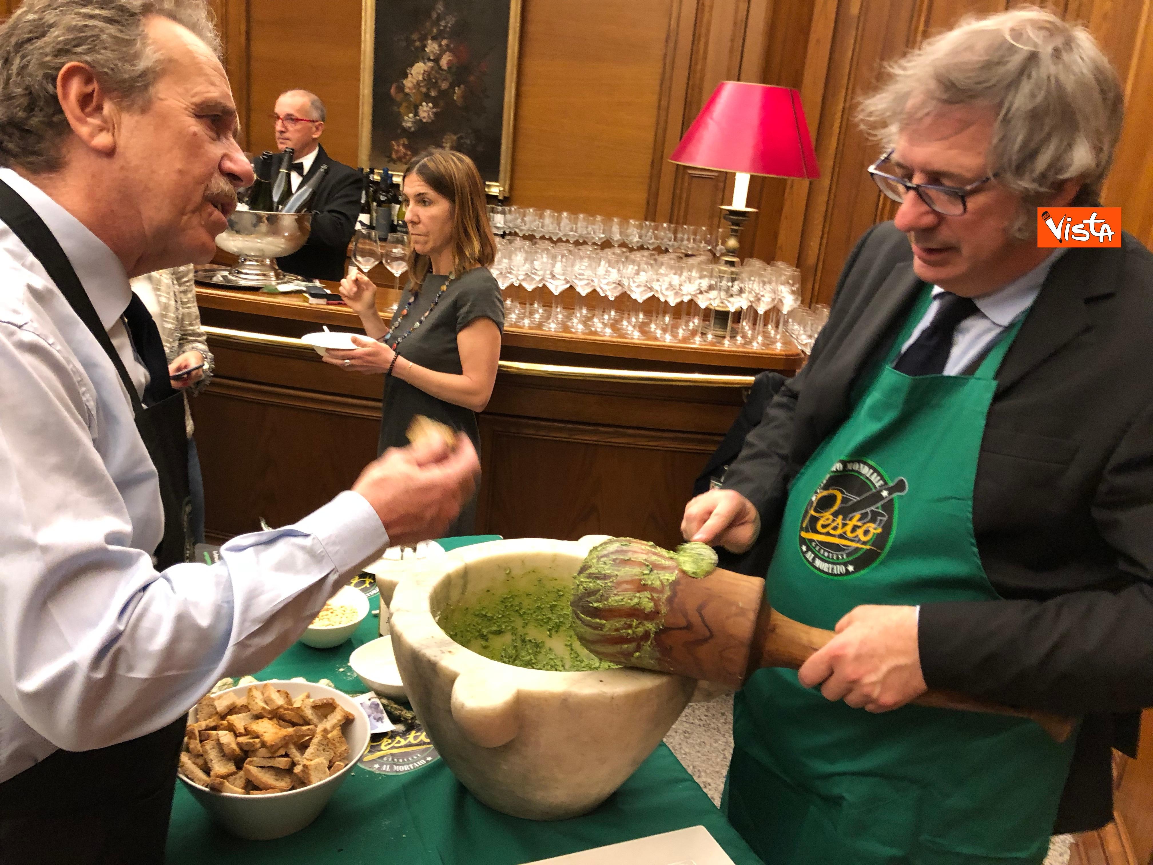16-04-19 Il patto del pesto Conte Salvini e Toti mangiano le trofie a Montecitorio_12