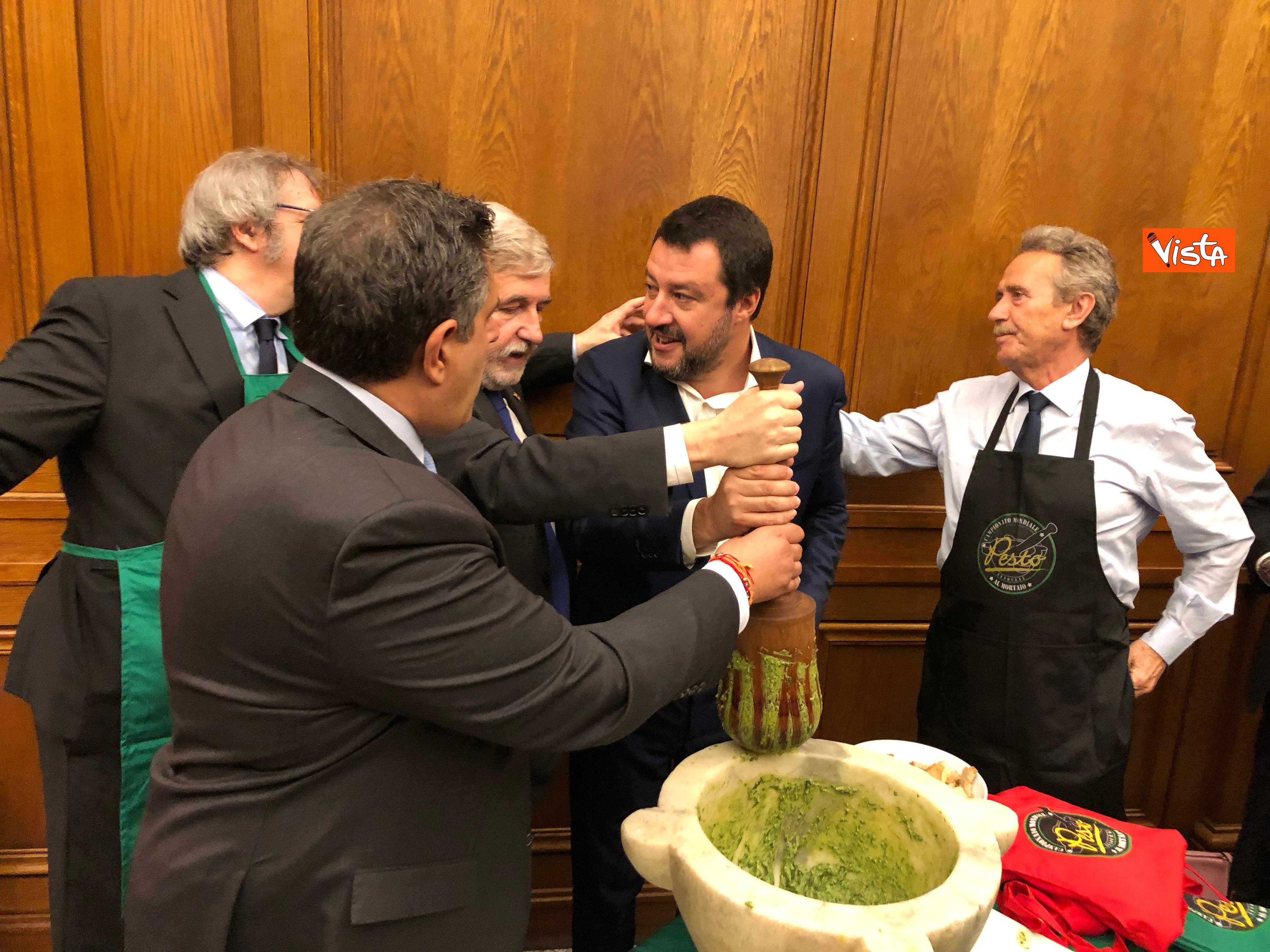 16-04-19 Il patto del pesto Conte Salvini e Toti mangiano le trofie a Montecitorio_02