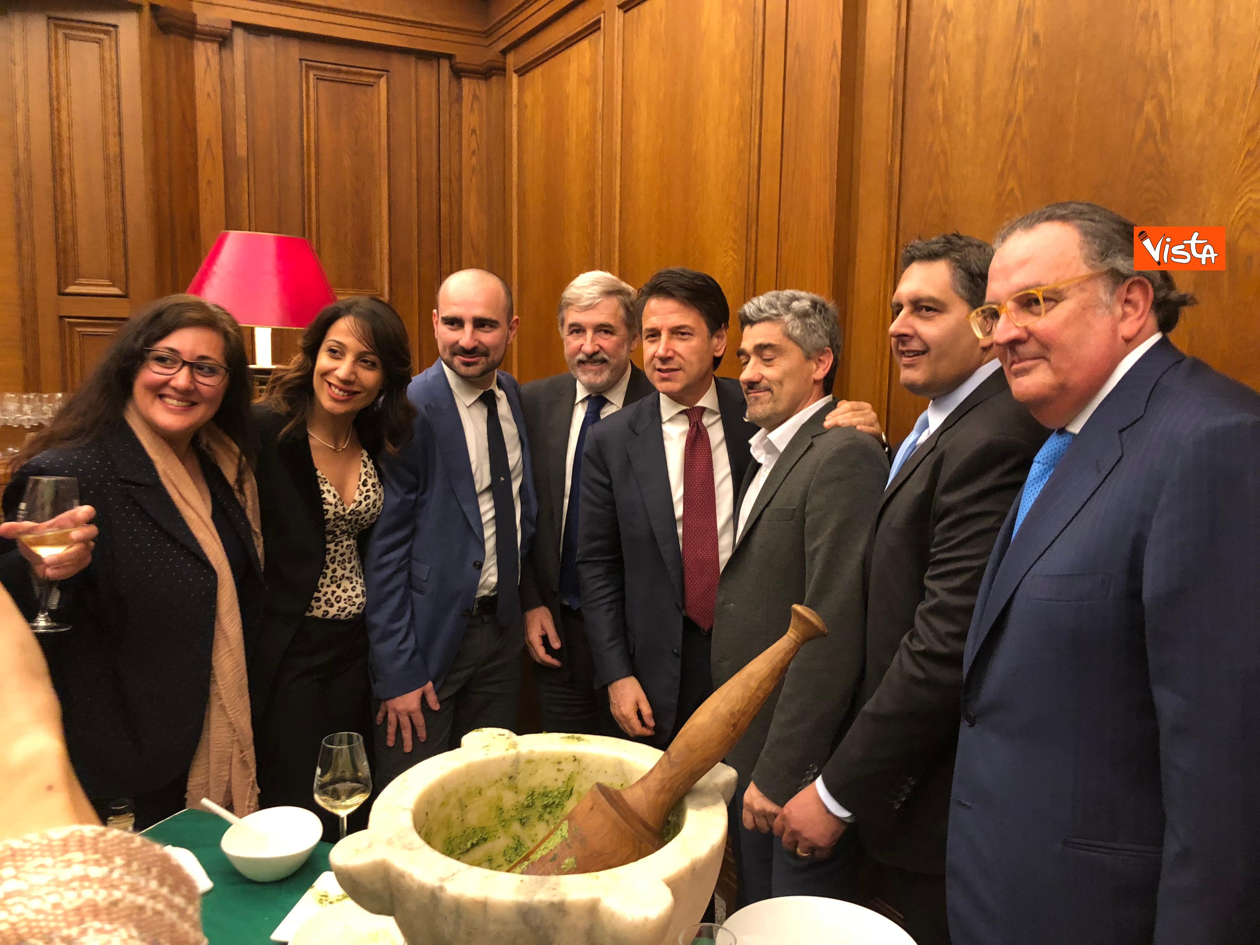 16-04-19 Il patto del pesto Conte Salvini e Toti mangiano le trofie a Montecitorio_09