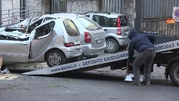 8 - Maltempo, paura in centro a Roma crolla un albero in Viale Mazzini, 2 feriti gravi