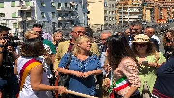 6 - Abbattimento Tangenziale Est Roma, Raggi dà prima picconata durante cerimonia avvio cantiere