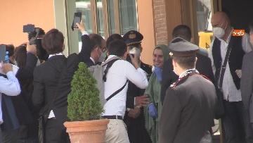 4 - Silvia Romano arriva all'aeroporto di Ciampino e abbraccia i genitori
