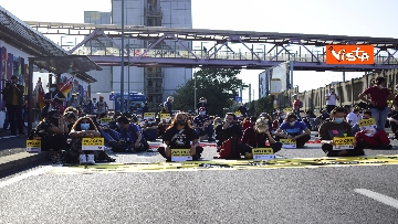 9 - Flash mob Milano, centri sociali davanti al Cpr per impedire arrivo di migranti