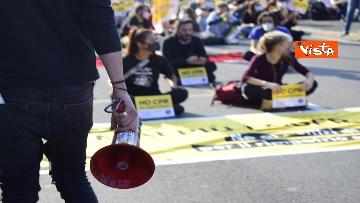 2 - Flash mob Milano, centri sociali davanti al Cpr per impedire arrivo di migranti