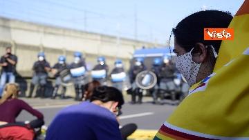 8 - Flash mob Milano, centri sociali davanti al Cpr per impedire arrivo di migranti