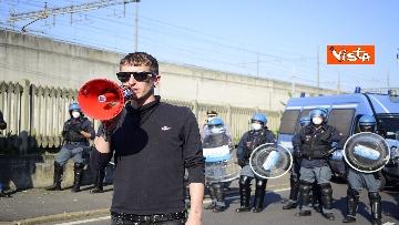 5 - Flash mob Milano, centri sociali davanti al Cpr per impedire arrivo di migranti