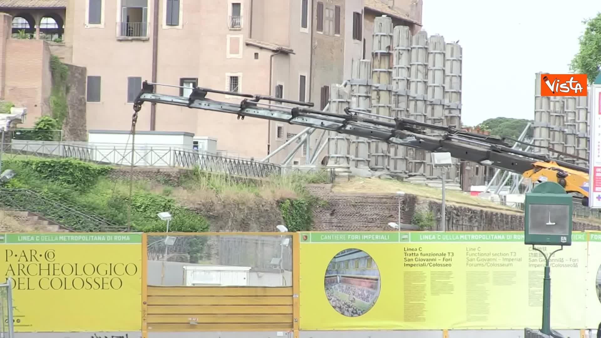 13-05-20 Colosseo deserto gli unici rumori che si sentono sono quelli dei lavori della metro C_02