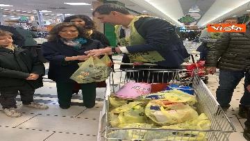 2 - Colletta alimentare, Casellati fa la spesa e la consegna a un banco alimentare