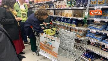 5 - Colletta alimentare, Casellati fa la spesa e la consegna a un banco alimentare
