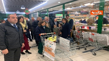 6 - Colletta alimentare, Casellati fa la spesa e la consegna a un banco alimentare