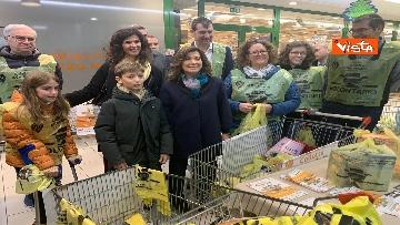 4 - Colletta alimentare, Casellati fa la spesa e la consegna a un banco alimentare