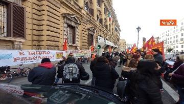 7 - I sindacati di base USB manifestano al Mef, sciopero nazionale di sanità, scuola, trasporti