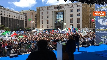 6 - Europee, Meloni a Napoli, la piazza gremita di gente per il comizio della leader di FdI