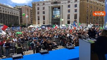 4 - Europee, Meloni a Napoli, la piazza gremita di gente per il comizio della leader di FdI