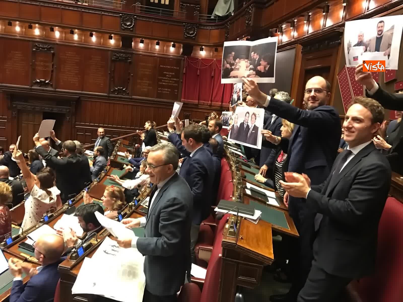 16-07-19 Caso Russia, protesta del PD in Aula, i deputati alzano foto di Salvini e Savoini insieme_08