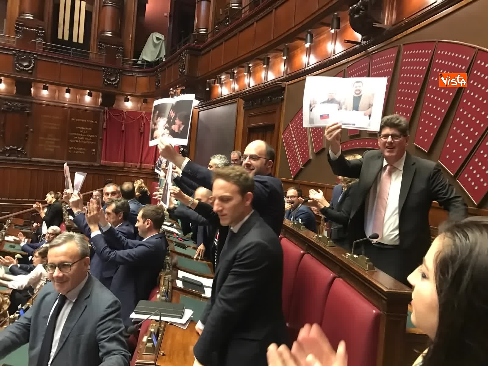 16-07-19 Caso Russia, protesta del PD in Aula, i deputati alzano foto di Salvini e Savoini insieme_03