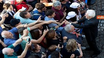 5 - Mattarella accolto da un applauso dai cittadini in visita ai giardini del Quirinale