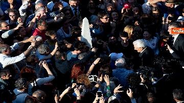 3 - Mattarella accolto da un applauso dai cittadini in visita ai giardini del Quirinale