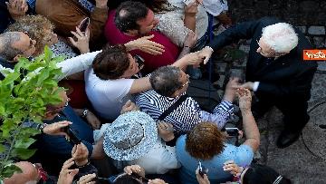 6 - Mattarella accolto da un applauso dai cittadini in visita ai giardini del Quirinale