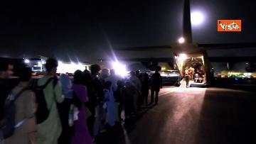 6 - Aquila Omnia, conclusa evacuazione profughi. Le immagini dell'ultimo volo da Kabul